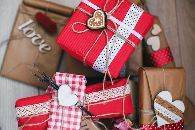 Sammlung von geschenken mit herz
