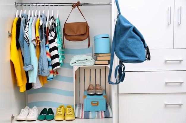 Sammlung von kleidern, die an einem gestell hängen