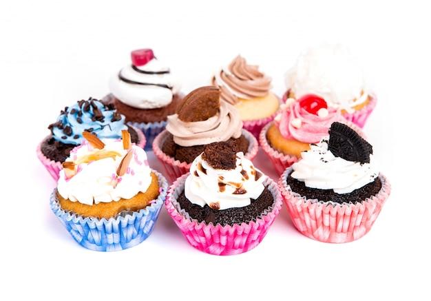 Sammlung von kleinen kuchen mit verschiedenen geschmacksrichtungen