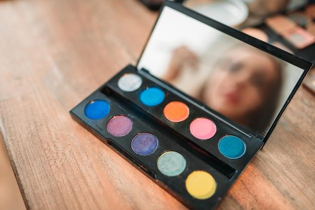 Sammlung von kosmetikwerkzeugen auf holztisch
