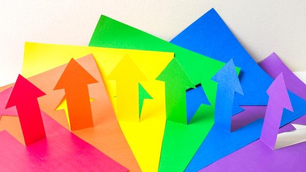 Sammlung von papierpfeilen in lgbt-farben