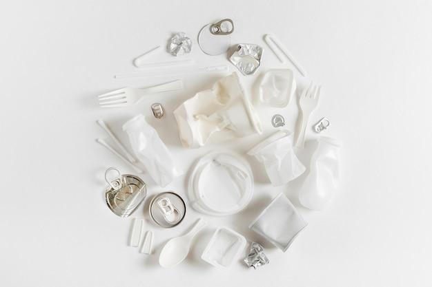 Sammlung von plastikmüll auf weißem hintergrund. konzept des recyclings von kunststoff und ökologie. flache lage, ansicht von oben