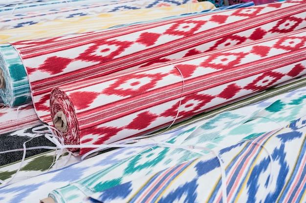 Sammlung von stoffrollen auf einem lokalen flohmarkt. typische stoffe aus mallorca. llengües mallorquines