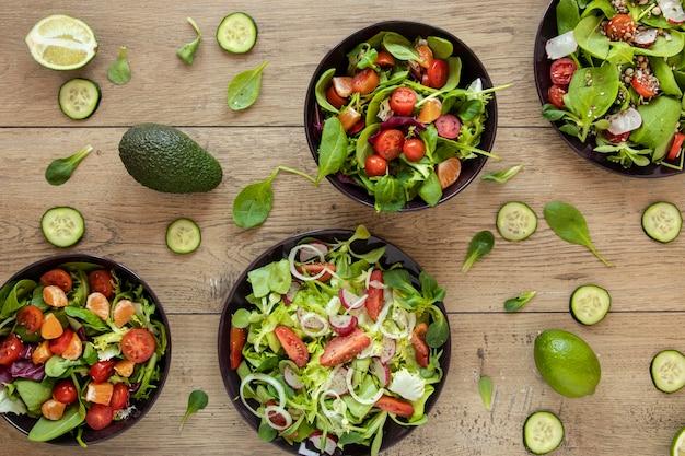 Sammlung von teller mit salat