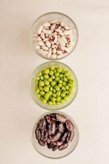 Sammlung von verschiedenen getrockneten hülsenfrüchten in gläsern