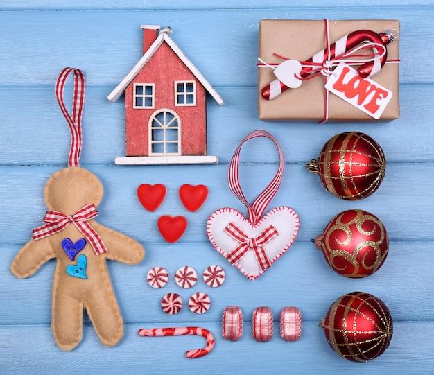 Sammlung von weihnachtsgegenständen auf farbigem holztisch