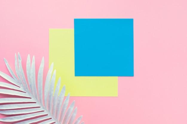 Sammlung von weißen tropischen blättern, laubpflanze mit geometrischem farbraumhintergrund. abstraktes blattdekorationsdesign. exotische natur für abdeckungsschablone