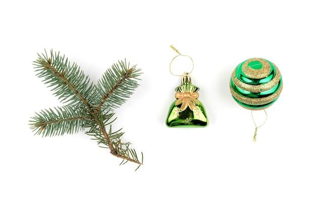 Sammlung weihnachtsdekoration in der grünen farbe lokalisiert