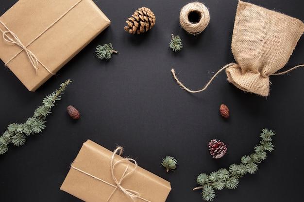 Sammlungen von geschenken und weihnachtsschmuck