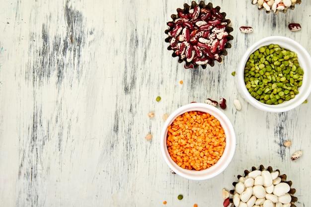 Sammlungssatz bohnen und hülsenfrüchte. schalen mit verschiedenen linsen
