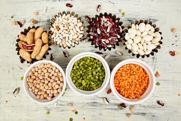 Sammlungssatz von bohnen und hülsenfrüchten. schalen mit verschiedenen linsen