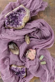 Sammlungssatz von mineralien und steinen auf dem alten holztisch.