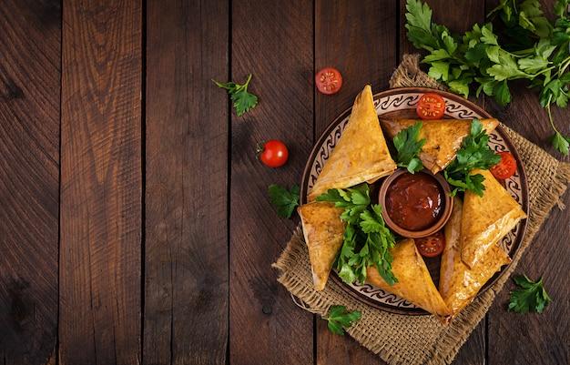Samosas mit hähnchenfilet und käse