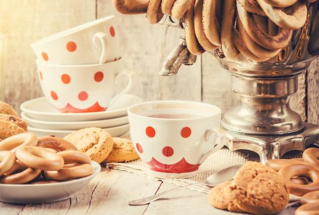 Samovar und tee mit bagels. selektiver fokus
