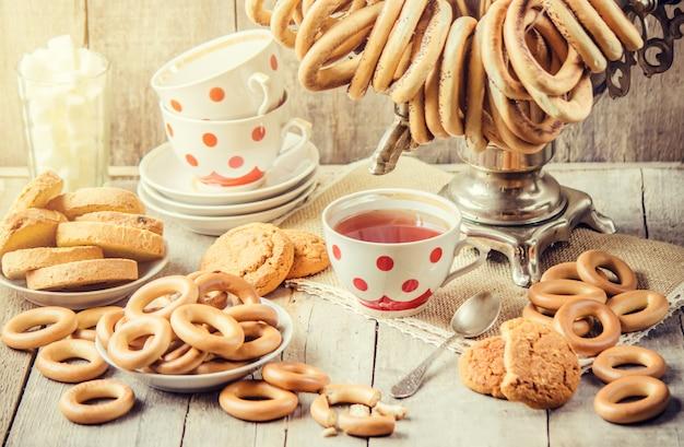 Samovar und tee mit bagels