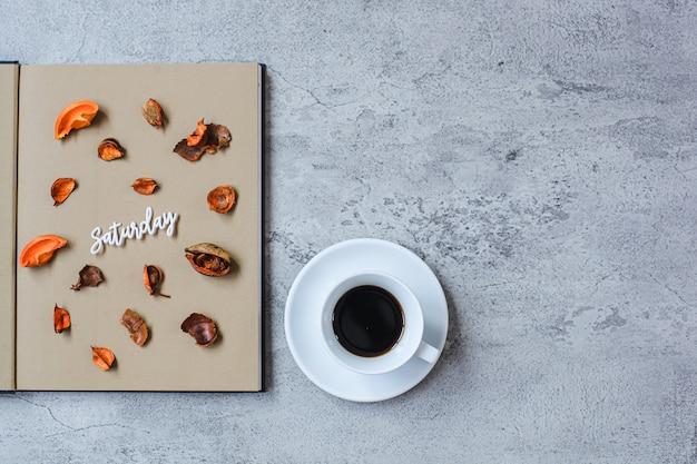 Samstag flach minimalistisches herbstkonzept mit kopierraum