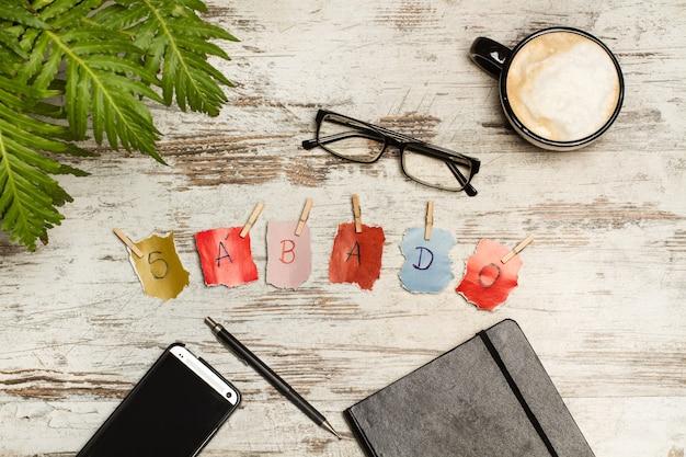 Samstagsschild und eine tasse kaffee auf einem schreibtisch