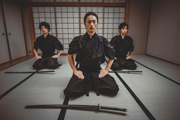 Samurai-training in einem traditionellen dojo in tokio