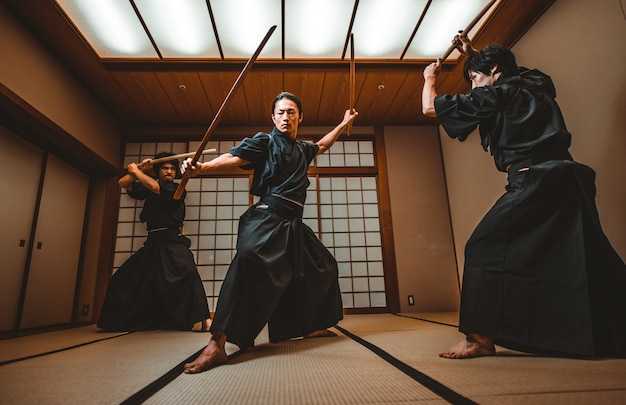 Samurai-training in einem traditionellen dojo in tokio