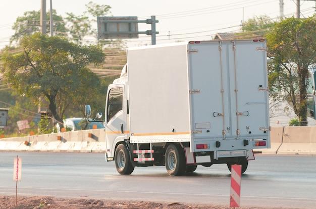 Samut sakhon, thailand - januar 2020: kleine weiße lastwagen, die am 2. januar 2020 auf der rama 2 road in der provinz samut sakhon, thailand, fahren.