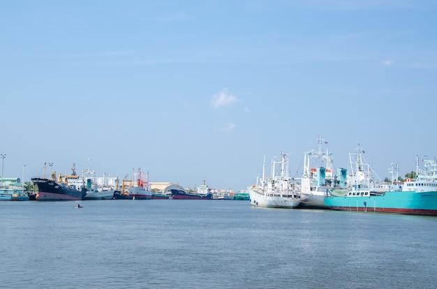 Samut sakhon, thailand - märz 2020: fischerboote vertäuten am 8. märz 2020 in samut sakhon, thailand, an den docks zur wartung von tha chalom.