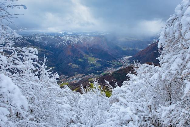 San pellegrino terme im winter. blick mit saisonalem kontrast