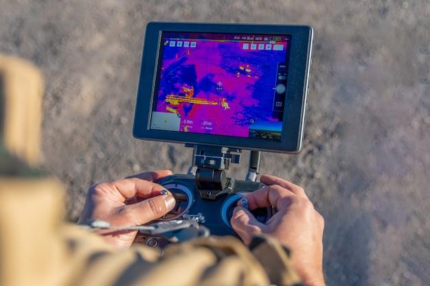 San rafael, argentinien, 12. juni 2021: feuerwehrmann fliegt drohne mit wärmebildkamera