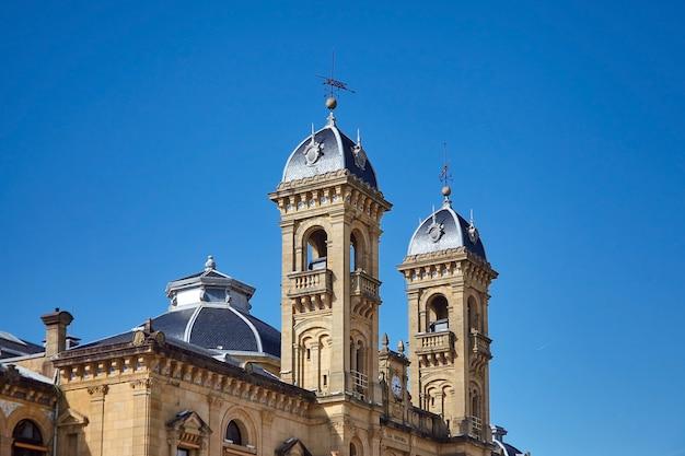 San sebastian (donostia), baskenland, spanien: fragment der fassade des rathausgebäudes