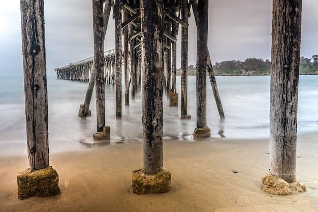 San simeon pier am strand von william randolph hearst memorial, kalifornien