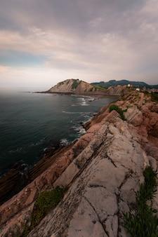 San telmo ermitage an der spitze der klippe des itzurun strandes in zumaia, baskenland.