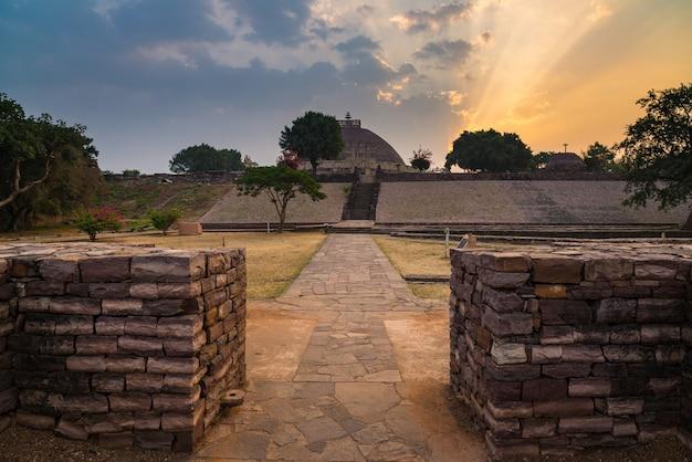 Sanchi stupa, madhya pradesh, indien. altes buddhistisches gebäude, religionsgeheimnis, geschnitzter stein. sonnenaufgang himmel.
