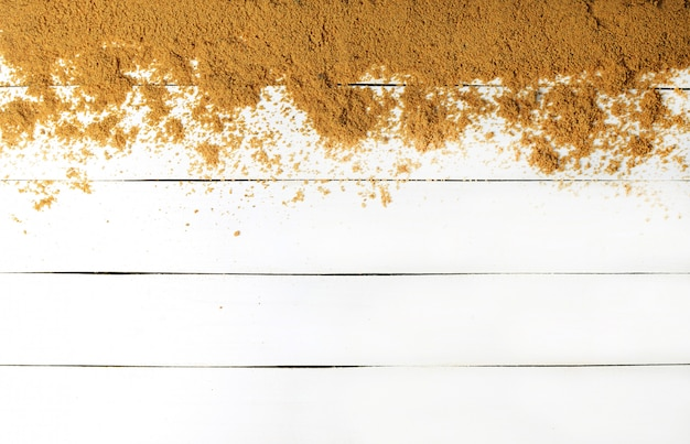 Sand auf einer weißen holzoberfläche. holzbeschaffenheit. das konzept der entspannung auf see. die sommerstrandsaison ist geöffnet! draufsicht.