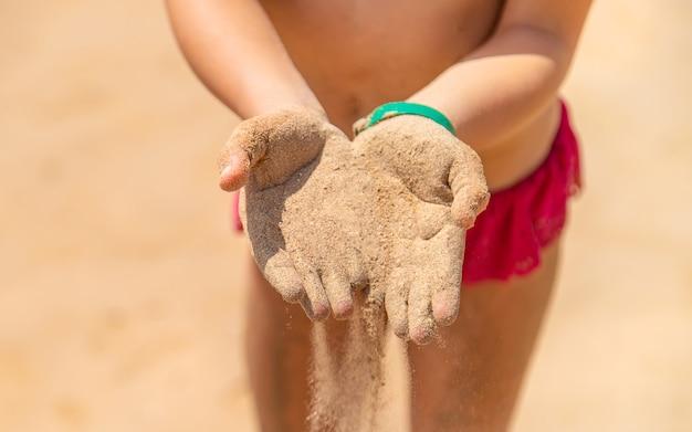 Sand in den händen eines kindes