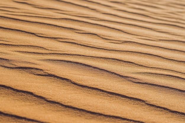 Sand mit wellen in der roten wüste