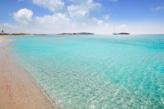 Sand-türkiswasser des formentera-strandes illetas weißes