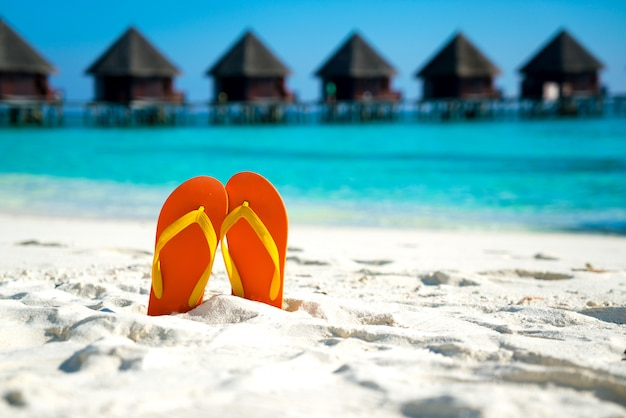 Sandalen am schönen strand - sommerurlaub