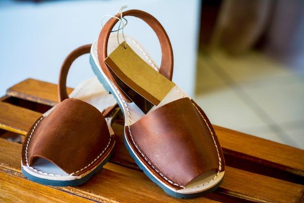 Sandalen für frau mit einem hintergrund und einem kopierraum.