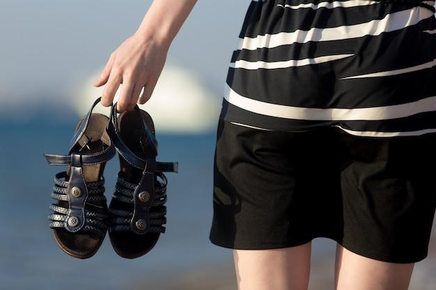 Sandalen in weiblichen händen