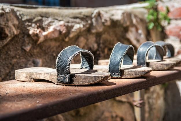 Sandalen mit holzsohlen in einem kloster in der türkei
