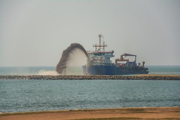 Sandausgrabungsschiff im hafen von colombo