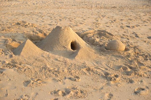 Sandburg am strand an einem sonnigen tag