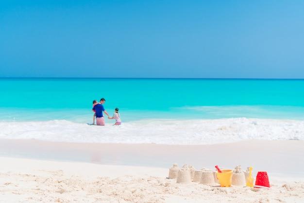 Sandburg am weißen strand mit plastikkinderspielwaren