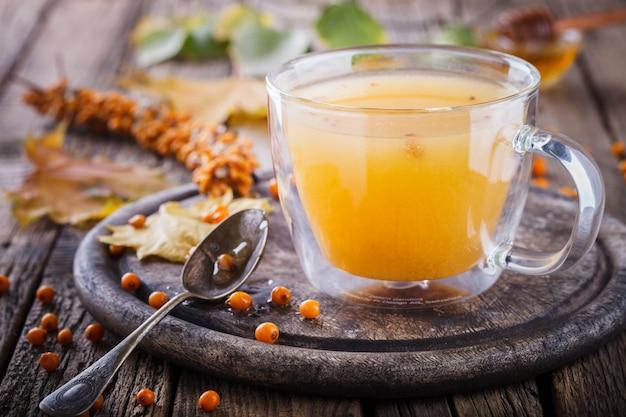Sanddorn tee für die gesundheit. herbst stillleben