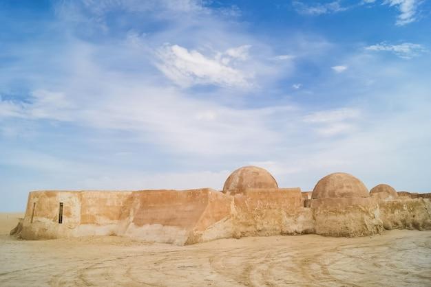 Sandige gebäude für den film star wars in der sahara. tunesien.