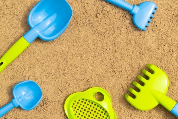 Sandkasten. kindersandspielzeug im freien.