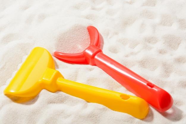 Sandkastenspielzeug auf sand