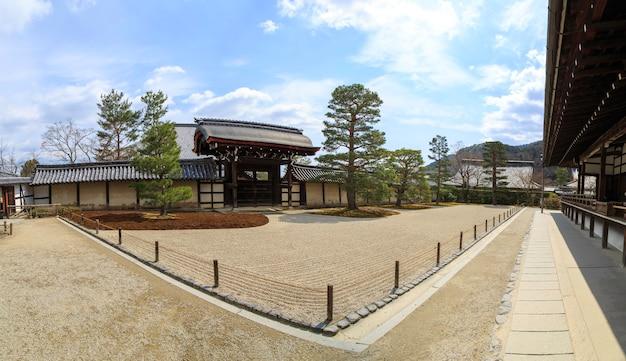 Sandkunst der zen-philosophie im garten des tenryuji-tempels, kyoto-shi, japan.