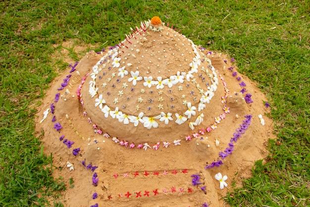 Sandpagode, die leute in songkran festival in thailand schaffen