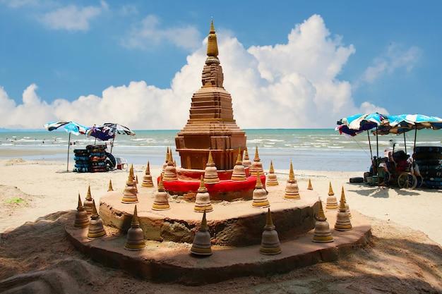Sandpagode in songkran festival stellt dar, um die an den füßen befestigten sandreste vom tempel zu nehmen, um den tempel in form einer sandpagode zurückzugeben