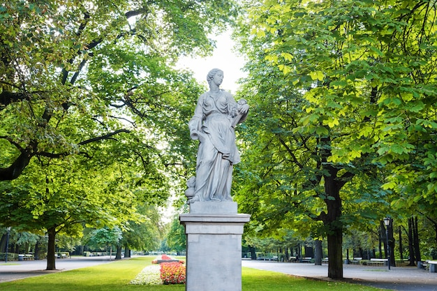 Sandsteinstatuen im sächsischen garten, warschau, polen, hergestellt vor 1745 von einem anonymen warschauer bildhauer unter der leitung von johann georg plersch, statuen griechischer mythischer musen.
